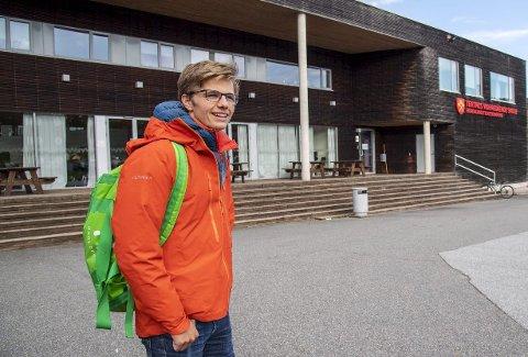 Kristoffer Mjelstad går på Tertnes VGS, og har toppkarakterer. Planen er å studere juss om noen år – men det er langt fra alt ...