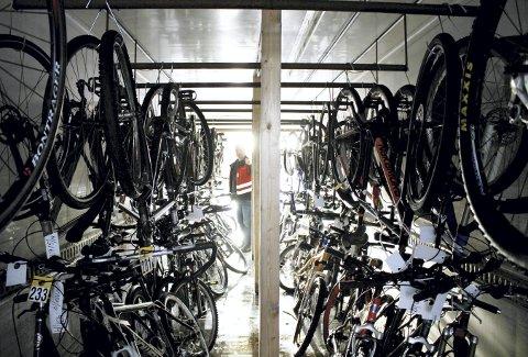 Raymond Nordvik står ute i dagslyset og skuer innover konteineren som snart er full med sykler som skal oppbevares i tre måneder. Hver måned nå kommer det  enda flere. Foto: TOM R. HJERTHOLM