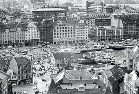 Hvem som er fotografen, vet vi ikke – men motivet fra Torget og Strandkaien er hentet ut fra arkivet fra Byplansjefens kontor i kommunen, og er nå blant de mange bildene fra 1860-årene og frem til 1970-tallet som nå legges åpent ut.