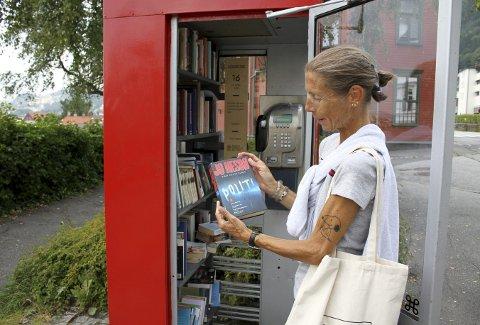 Gidske Solheim brukte egentlig ikke lang tid på finne hvilken bok hun tenker å lese. Den fredede kiosken er nærmeste nabo til gamle Sandviken Brannstasjon. Foto: TOM R. HJERTHOLM