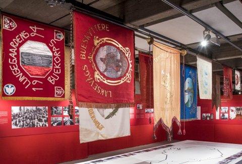 Da Buekorpsmuseet hadde sin jubileumsutstilling på Bryggens Museum i 2017, hadde de mange historiske buekorpsfanene en sentral rolle og et bilde på en historie som snart er 170 år gammel i Bergen by. Foto: EIRIK HAGESÆTER