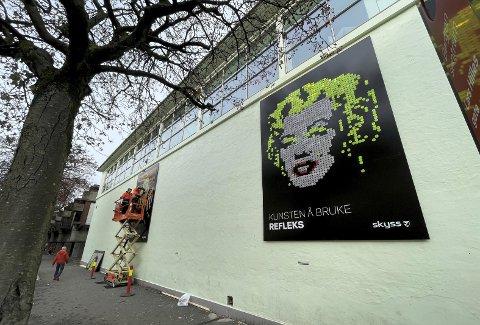 «Skrik» av Munch, «Mona Lisa» av Da Vinchi og «Marilyn Monroe» av Warhol laget av mange tusen fargede refleksbrikker blir å se på Kode-veggen mot Lars Hilles gate. Foto: TOM R. HJERTHOLM