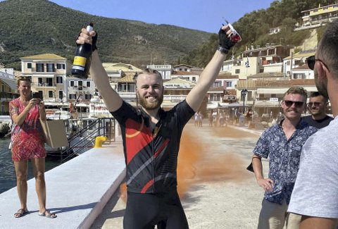 Etter mange lange dager på sykkelsetet kunne Drakos endelig feire at han var fremme onsdag. foto:Privat