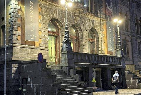 Det er klarvær, og like før dagslyset tar over. Kaster du et blikk opp trappen mot Permanenten forteller de store dørbladene at dørene står på vidt gap, eller ... Foto: TOM R. HJERTHOLM