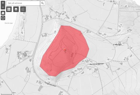 Det røde skraverte feltet viser området ved Randabergfjellet der det ikke er lov til å filme eller fotografere fra luften, for eksempel ved bruk av drone.