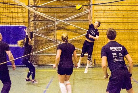ROMJULSVOLLEY: Lars Ragnar Vollan smasher ballen over nettet i Krødervolleys romjulsturnering. Laget endte til slutt på andreplass.