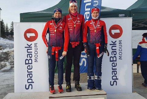 KRETSMESTERE: Tuva Rønning, Mathilde Rønning og Agnes Irene Longfjeld, Vikersund Langrenn tok KM-gull i langrenn på Simostranda søndag.