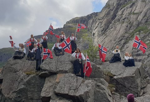 ENDRINGER I BUNADMAKERI: Danguole Alysiene erstatter Grazina Jokubauskiene som styreleder i Bunadmakeriet AS i Jernbanegaten i Egersund. Bildet er tatt i Gloppedalsura, i anledning Tour of Norway.