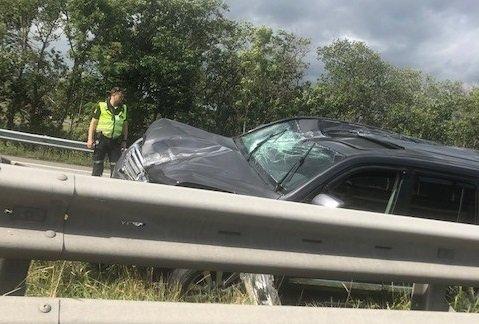 Bilder fra ulykkesstedet viser at bilen fikk nokså store materielle skader etter sammenstøtet.
