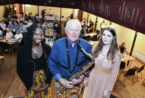 UNDERHOLDT: Sally Sillak (f.v.), Finn Krogh og Eirin Skinnemoen bidro til underholdningen, med dikt, sang og smekre saksofontoner.