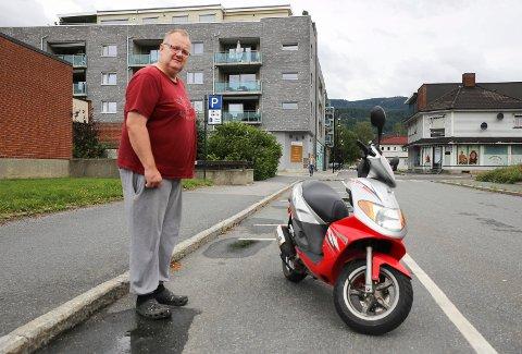 Frode Enerstad reagerer på at det ennå ikke er noen på plass til å håndheve Mjøndalen sentrums nye parkeringsbestemmelser.