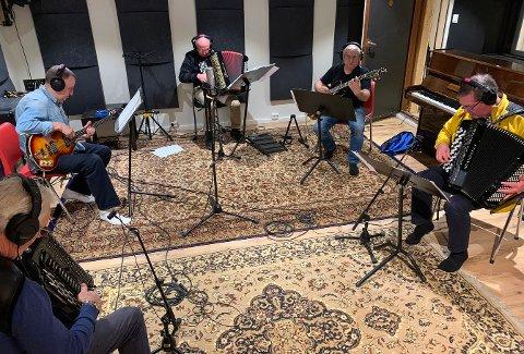 STILLE FOR OPPTAK: De fem musikerne i kjelleren har spilt sammen i en del år. Gode venner er de visst fortsatt.