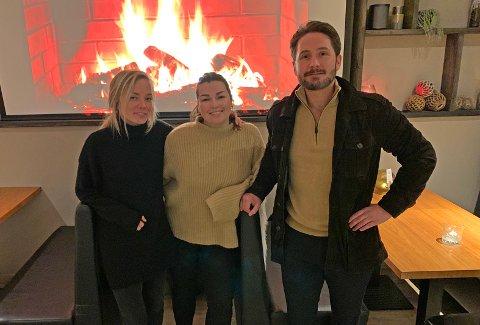 Caroline Andersen, Camilla Ostad og Frank Sunde ved King Crab House i Honningsvåg.