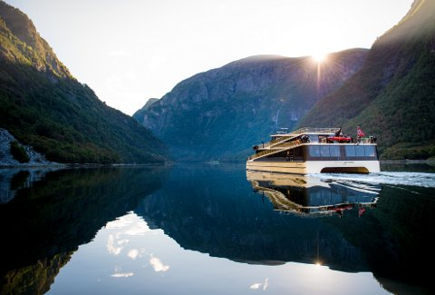 Neste helg vert turistruta mellom Flåm og Gudvangen byta ut med skjergarden i Florø, når det prisvinnande hybridskipet «Vision of the Fjords» kjem på kystbesøk. Foto: Sverre Hjørnevik