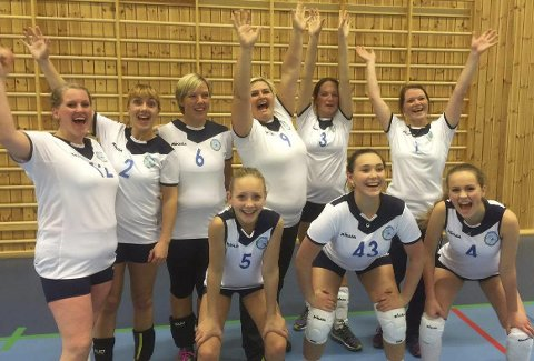 Jublar: Damene hadde all grunn til å juble då dei vann sin første seriekamp mot Svelgen. FOTO: Privat