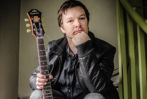 Steinar Karlsen spelar både med og utan Oddvar Karlsen på fullmånepuben på In-Spire i Eikefjord torsdag kveld.