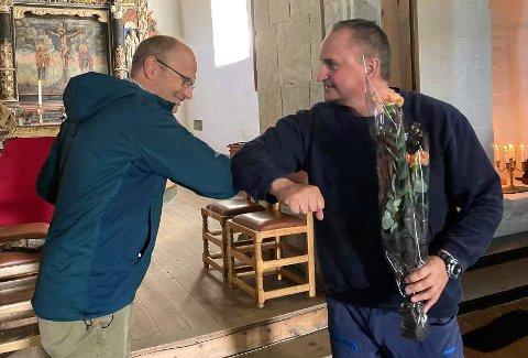 Kyrkjeverje Erling Bakke Nydal (t.v.), her saman med kommunedirektør Terje Heggheim, er overvelda over kor vakker kyrkja er blitt.