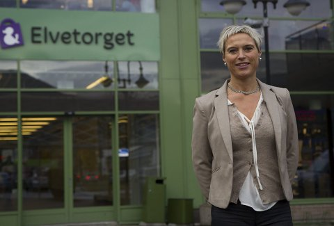 GOD JUNI: Elvetorget har hatt auka omsetnad veke etter veke. Senterleiar, Anne Karin Steen, seier at dette betyr mykje.