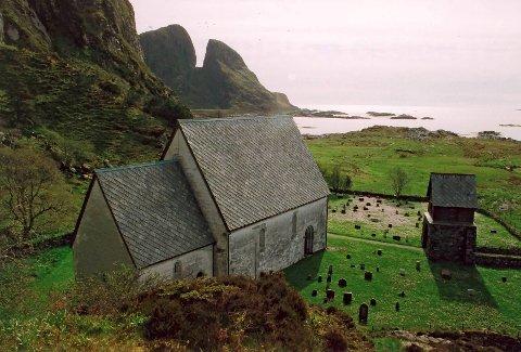 MELLOMALDERKYRKJE: Kinn kyrkje er ei av mellomalderkyrkjene i fylket. Ho treng restaurering og istandsetting.