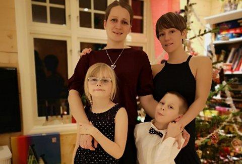 FAMILIEN: Harriett (36) og Helene (37) Norstrand gifta seg for ti år sidan og har borna Bastian (6) og Alvina (8). – Vi har alltid følt oss veldig inkludert i bygda og nærområdet, seier Harriett.