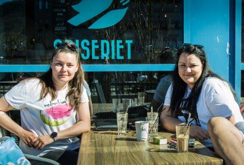 KAFFI I SOLA: Stefani Konsulova (22)  og Petia Pencheva (31) tek ein etterlanta tur på kafe i sola.