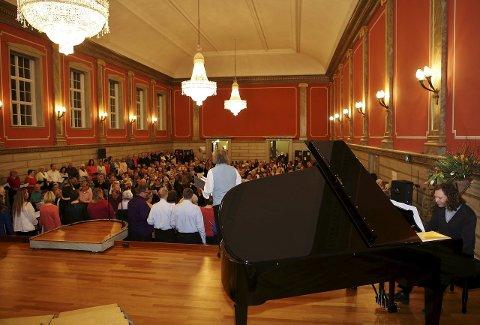 FULl AULA: Det var nesten 300 mennesker inne i aulaen på allsangkvelden som ble en gedigen suksess. Svenn Poppe jr. var kveldens pianist.Alle foto: HARRY JOHANSSON