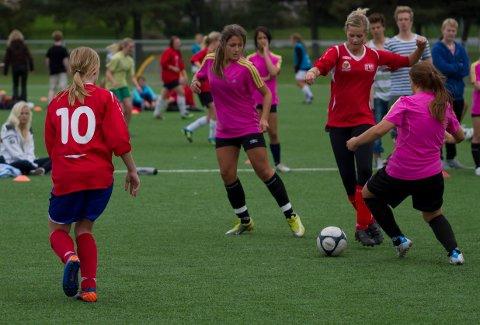 Jentefotball på Lisleby for fem år siden. Men hva gjør jentene i dag? – De som ønsker å bli gode, har ikke noe tilbud i Østfold, skriver foreldre til fotballjenter i dette innlegget.
