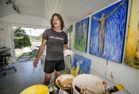 Hvaler Kunstforening er svært fornøyd med at Nico Widerberg sa ja til utstilling i Kunstgaten på Rådhuset. Med på utstillingen er både skulpturer, grafikk, litografier og tresnitt. – Hvaler betyr noe for meg, derfor gleder jeg meg til utstilling, sier kunstneren selv.