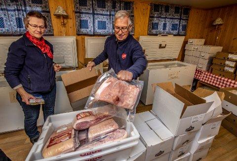 Mange kilo: Det er mange som skal få mat fra Frelsesarmeen på Torp. Britt Bekker og Kai Øistad pakket ribbe på fredag.