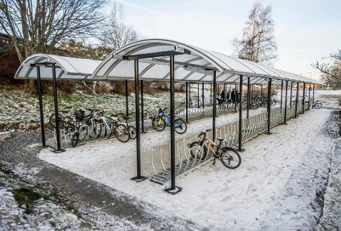 Sykkelparkering ved Begby skole, tatt i bruk høsten 2017. Erik Skauen slår gjerne et slag for skoleveien.