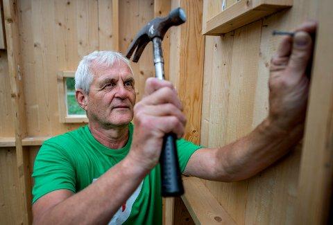 Øyvind Fjeldberg liker å være hobbysnekker, men understreker at alt må gå riktig for seg.  Nå vil han sette på større ressurser i Hvaler kommune for å få bukt med ulovlig byggearbeid.
