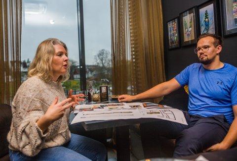 Sivilarkitekt Karoline Kolstad Heen (43) i Mad forteller engasjert om arkitektkontorets gjenbruksprosjekter. Hun ble veldig glad da Bernt Sondre Sørlie (28) tok kontakt for å høre om det var mulig å gjenbruke inventaret fra fjerde etasje på Dampskipsbrygga 12-14.