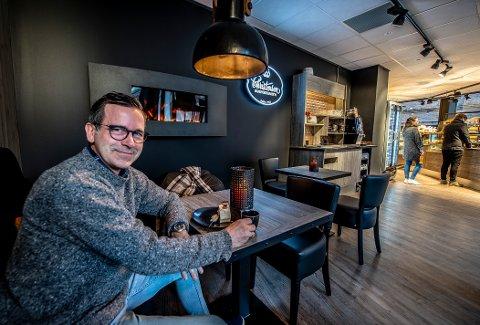 Nyåpning: Lars Dale pleier vanligvis å gå på Kaffebrenneriet. Men da Christensen bakeri åpnet nytt utsalg på Flesketorvet mandag, ville han ønske dem velkommen til sentrum med å ta en kaffe og kake der.