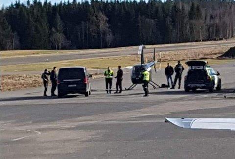 REAGERTE: Kristian Fossum Wilhelmsen stusset da han så at dette helikopteret ble møtt av både politi og tollere på den lille flyplassen i Rakkestad.