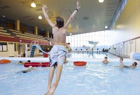 Det var en gang: Det er snart et år siden sist gang det var vann i bassenget i Idrettens Hus med konkurransesvømming, svømmeopplæring, bading og lek. Spørsmålet er om det noen gang igjen kommer til å bli hørt badeplask her. Om ikke lenge får Narvik-politikerne muligheten til å avgjøre hva som nå skal skje.Arkivfoto: Kristoffer Klem Bergersen
