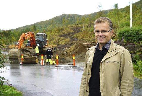 RAUS: Daglig leder for Narvikfjellet Eiendom AS, tilbyr Narvik kommune en avtale om å samarbeide for å få bygd et badeland i Fagernesfjellet. Bak han anes konturene av det som skal bli atkomsten inn i det nye boligfeltet. Og om Norum og hans medspillere får det som de ønsker, vil badelane blir lokalisert like ovenfor den. Men fortsatt sentralt i feltet der utbyggingen nå starter. Foto: Fritz Hansen