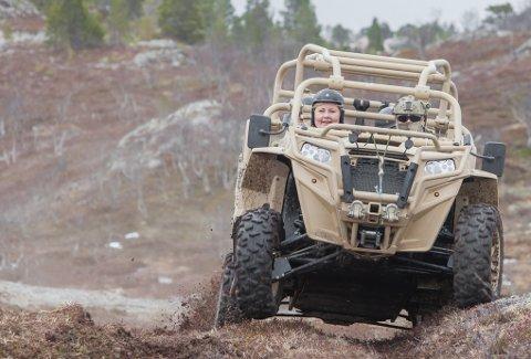 Statsministeren ble kjørt til fjells i en av Marinejegerkonnandoens sekshjulinger under besøket på skyte- og treningsfeltet i Ramsund.
