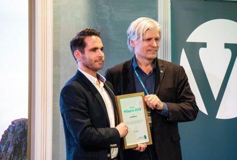 Klima- og miljøminister Ola Elvestuen overrakte «Venstres miljøpris» til daglig leder Reidar Schille i HeatWork.