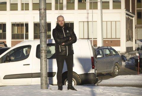 Motivert: 29 år gammel ledet Niko Eronen Narvik hockey til en historisk Get-kvalik. Eronen er likevel klar på at han ikke skal legge seg på latsiden av den grunn. – Det er ingen hemmelighet at jeg er motivert til å pushe meg selv til å ta nye steg, slår treneren fast.               Foto: Mikael Marius Brendvik