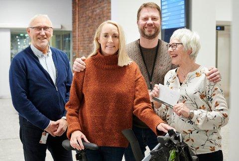 VANT: Hanne Langnes vant sykkel og Anne-Karin Furubotten vant gavekort i gå og sykle til jobben aksjonen 2019 i Narvik kommune. Her sammen med Norvald Johannessen og Jon Ivar Sandnes.