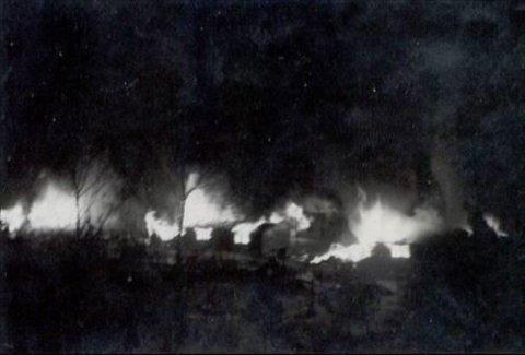 I brann: De flere fanger nektet å komme ut av brakkene, satte SS-vaktene disse i brann. Til sammen ble 287 jugoslaviske krigsfanger enten skutt eller brent ihjel. Foto: Narviksenteret