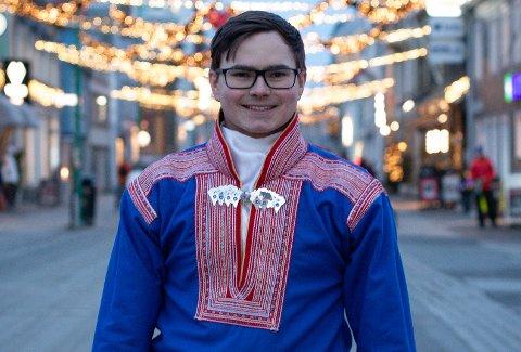 DIGITAL FEIRING Lemet Máhtte Eira Sara (20) fra Bjerkvik er sentral i feiringen av samefolkets dag i Tromsø. Han håper det blir lov med fysiske arrangement igjen neste år.