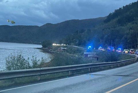 TIL SYKEHUS: Luftambulansen fraktet en mann i 20-årene til Narvik sykehus etter at en bil kjørte av veien mellom Arnes og Råna søndag kveld.