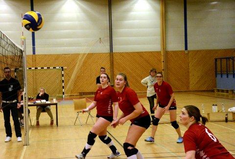 Tar du den? Madeleine Breivoll (f.v.), Anne Gine Hvidsten og Anne Ekrheim følger spent med på om Hege Rasch får ballen over nettet. alle foto: vidar Kalnes