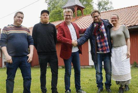 SOLGT: Øystein Fevang (i midten) og samboer Siv Nordheim solgte Gamlehorten Gjestegård til Michael Råknes (t.v.), Christoffer Rød og Henrik Lysell.