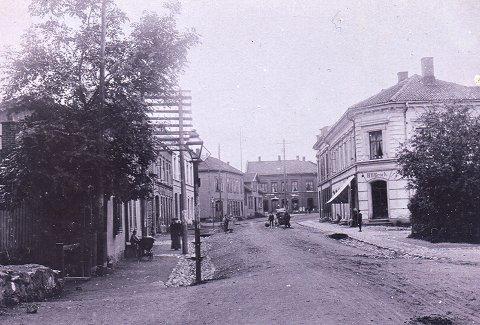 Nederst i Storgaten nr. 89 holdt landhandler Broch til. Broch hadde et stort utvalg av varer også sprit.