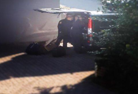 UNDERSØKELSER: Politiet undersøkte i flere timer en leilighet i Borreveien 46. En beboer i bygningen forteller å ha hørt desperate skrik.