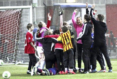 MYE GLEDE: 65 barn deltok på NTGs fotball- og aktivitetsskole, og det var mye latter og jubel for dem som deltok i uka som var. Foto: Patrick Bakkland Gjerde