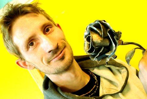 MINNESMERKE: Faglærer Kalle Pedersen på smedskolen på Dovre skal levere jernroser til minnesmerket for 22. juli-ofrene ved Oslo Domkirke.