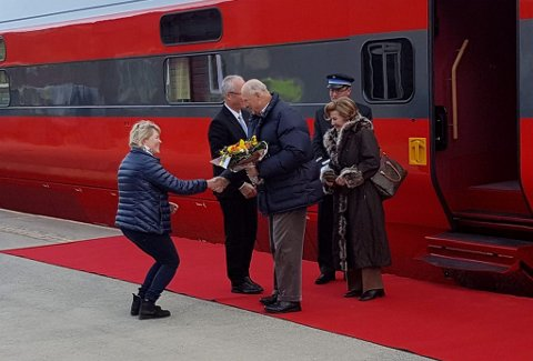 I 2017 stilte Helga Engum opp på stasjonen på Vinstra for å ønske kongeparet velkommen på påskeferie i Fronsfjellet. Fredag kommer kongeparet til Vinstra, og drar videre til hytta Sikkilsdalen.